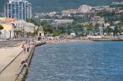 Вид на набережную и так называемый дикий пляж (там купаться запрещено)